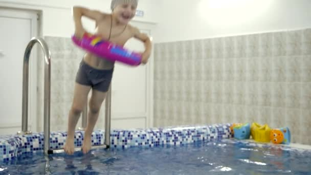 Kinder Wasser Spiele Im Pool. Kleine Kinder Baden Im Schwimmbad U2014 Stockvideo