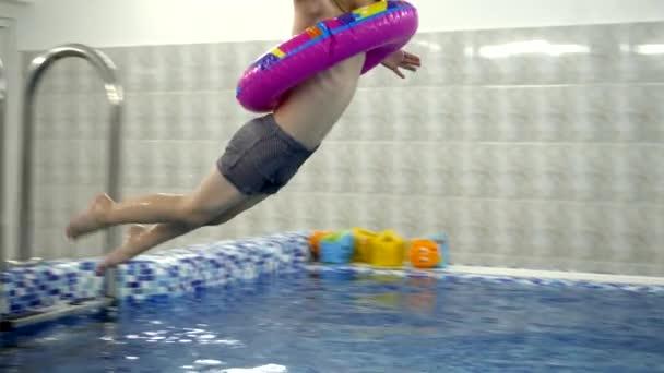 Perfekt Kinder Wasser Spiele Im Pool. Kleine Kinder Baden Im Schwimmbad U2014 Stockvideo