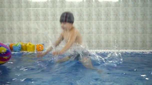 Hervorragend Kinder Wasser Spiele Im Pool. Kleine Kinder Baden Im Schwimmbad U2014 Stockvideo