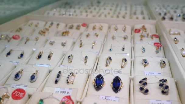 b141603a75d3 Joyas para la venta. Anillos de oro con diamantes y otras piedras preciosas  en joyería para las mujeres en el mercado del oro– metraje de stock