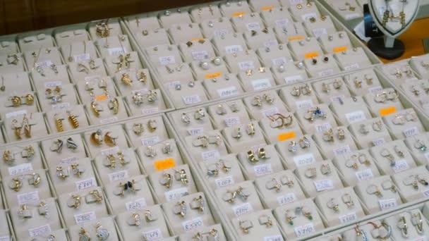 Schmuck zu verkaufen. Goldringe mit Diamanten und anderen Edelsteinen Schmuck für Frauen auf dem Goldmarkt