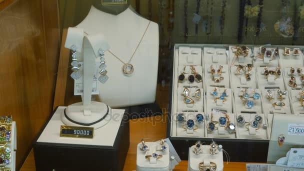 Šperky na prodej. Zlaté prsteny s diamanty a jinými drahokamy šperky pro ženy v trhu se zlatem