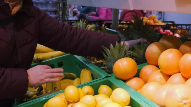 Nákup ovoce v úložišti. Čerstvá bio zelenina a ovoce na polici v supermarketu, farmářský trh. Pojem zdravé potraviny. Vitamíny a minerály