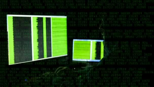 a férfi mögött a számítógép képernyőjén. Internet függőség elmélkedés hideg bűnözés szemüveg böngészési késő esti Cyber terrorizmus jelszó Hacking Full hd 4k