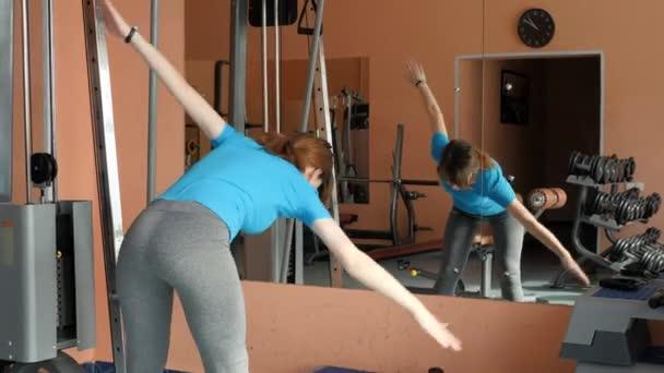 Sporthalle. Mädchen ist Training in der Turnhalle.