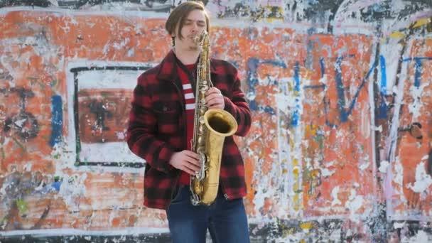 Saxofonist spielt Saxofon, im Winter