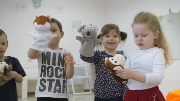 Lo Sviluppo Di Una Sala Giochi Per I Bambini Emozioni Dei Bambini Piccoli Durante Lezioni Divertenti I Bambini Si Divertiranno A Giocare Con Le Bambole Che Sono Messi Sopra La Mano