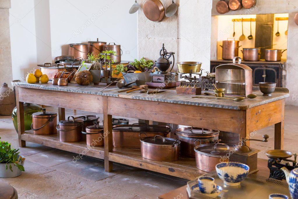 intérieur ancienne cuisine avec ustensiles de cuisine vintage ...