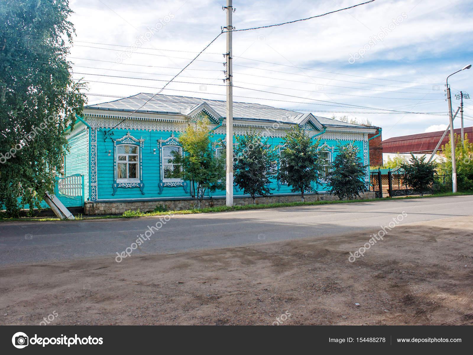 Oude groen houten huis versierd met houtsnijwerk u2014 stockfoto