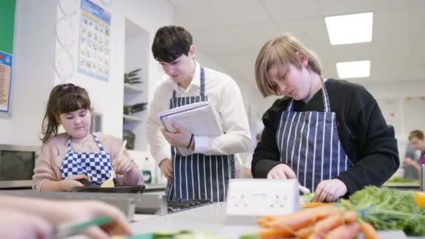 Učitel pro výuku žáků v třídě vaření