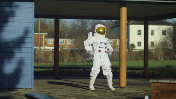 astronauta facendo si estende in strada