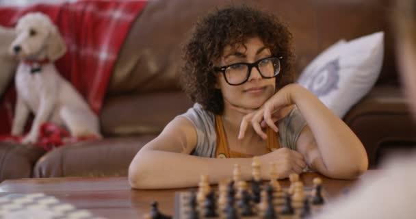 donna e ragazza che giocano scacchi