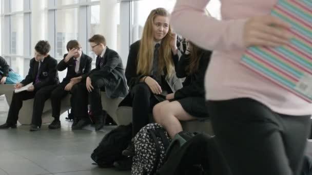 školní dívky při poslechu mp3