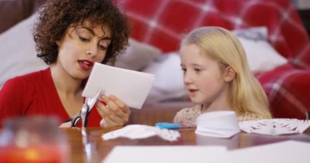 Baby sitter e la ragazza che fa mestieri di carta
