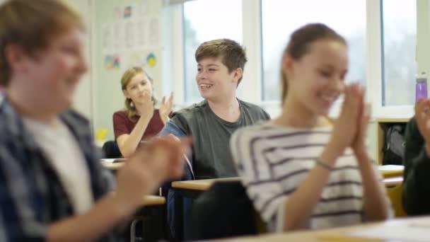 chlapec hovoří ve školní třídě