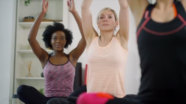 Frauen, die Meditation im Yoga-Kurs