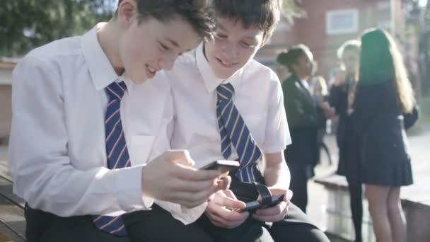 Školáka na mobilní telefony