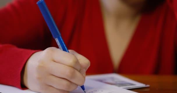 žena psaní vánočních přání