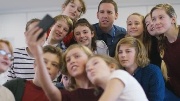 učitel a studenti představují pro selfie
