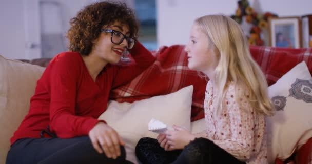 Babysitter e ragazza relax a casa