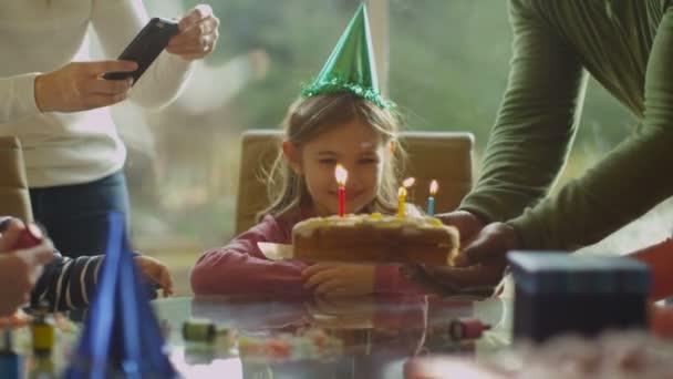 lány ünnepli születésnapját