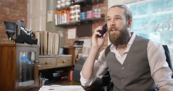 holič, mluví o telefonu