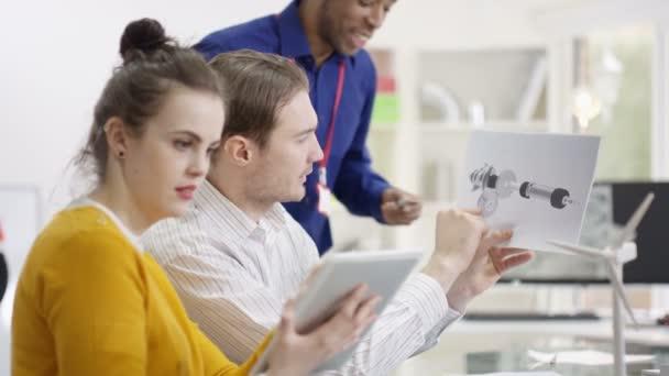 technický tým pracuje s počítači