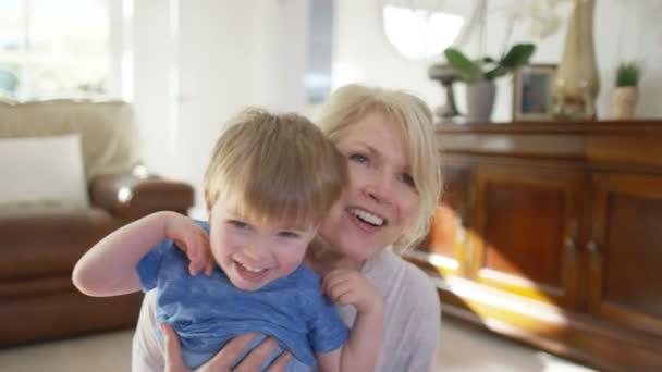 Žena hrající s vnukem