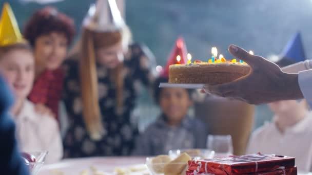 chlapec sfoukne svíčky na dort