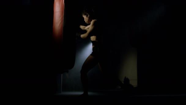 Bojovník MMA trénink před zrcadlem