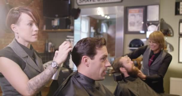 kadeřníci pracují na klienty