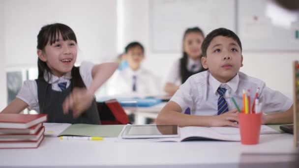 školní děti ve třídě poslechu učitel