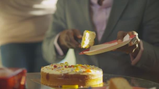 muž vyjme svůj narozeninový dort