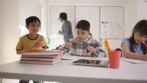 malý chlapec pracoval u stolu