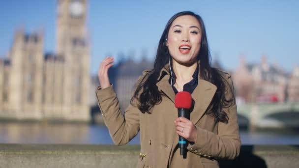 novinář dělá živé kousek k fotoaparátu