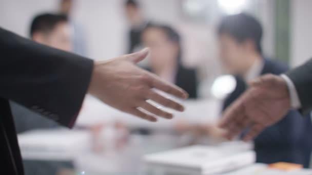 üzletemberek kezet