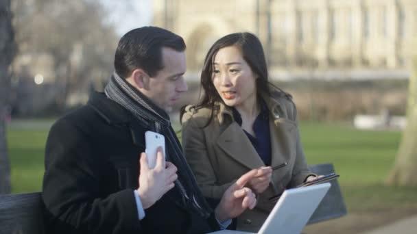 muž a žena pomocí technologie