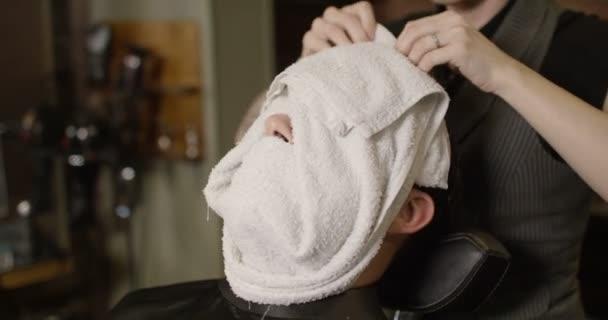 muž připravené pro holení břitvou