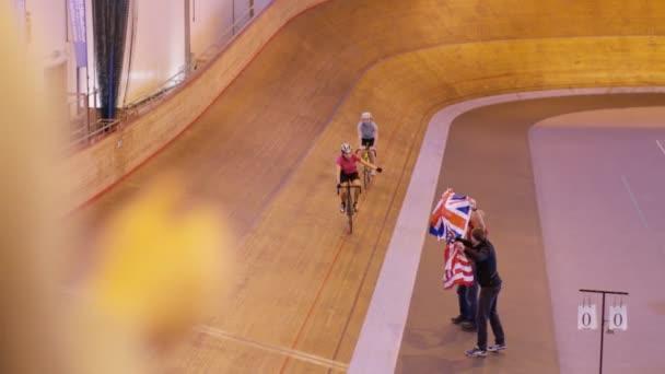 Cyklisté na závodní trati v velodrome