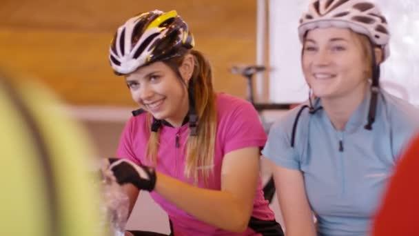 Cyklisté chatování vedle trati