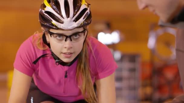 cyklista s trenérem školení na statické kole