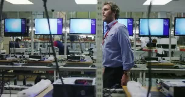 Zaměstnanci pracující na počítači testování