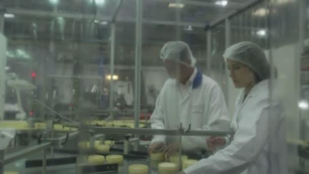 dělníci zkontrolovat lékařské kontejnery