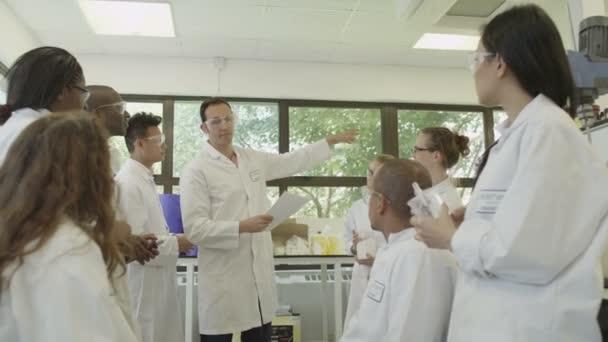vědci v setkání na vysoké škole