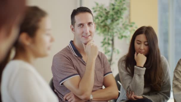 Menschen in Gruppentherapie-Sitzung