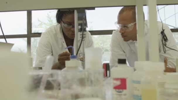 Vědci pracující na kosmetiku