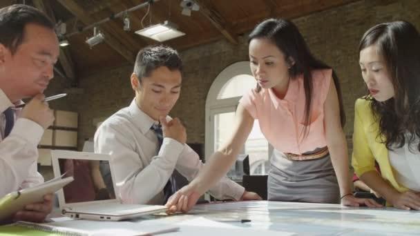 obchodní tým při pohledu na mapu