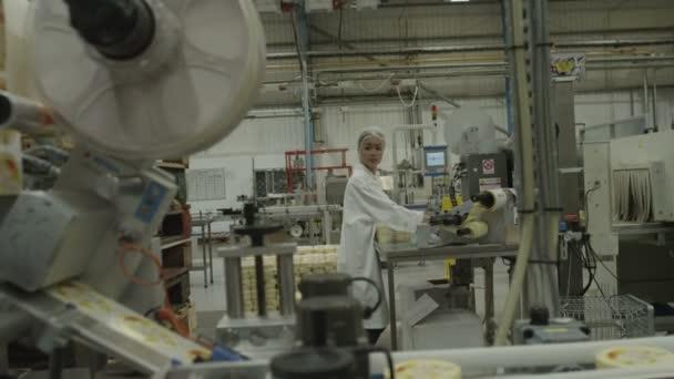 žena balení výrobků ve výrobním závodě