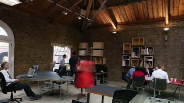 équipe de création d entreprise au bureau moderne u vidéo