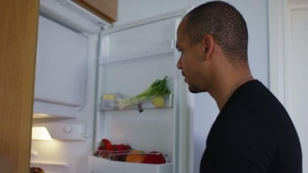 hladový člověk jde do lednice
